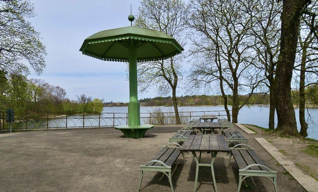 Stockholm. Bellevueparken. Pipers parasoll och utsikt norrut över Bunnsviken.