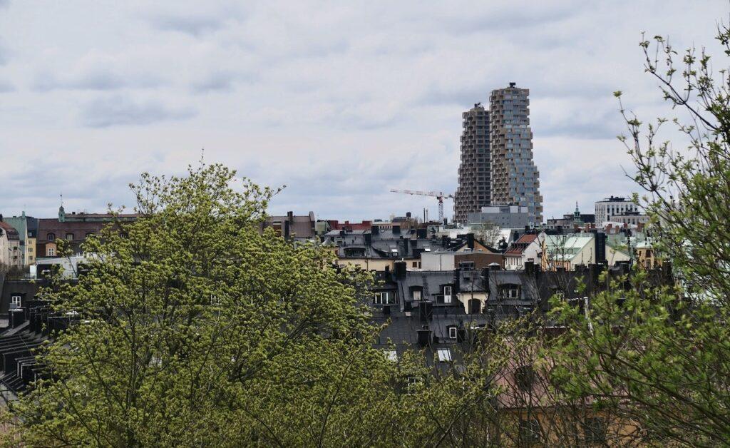 Stockholm. Vanadislunden. Västerut reser sig de Norra Tornen i den nya stadsdelen Hagastaden.