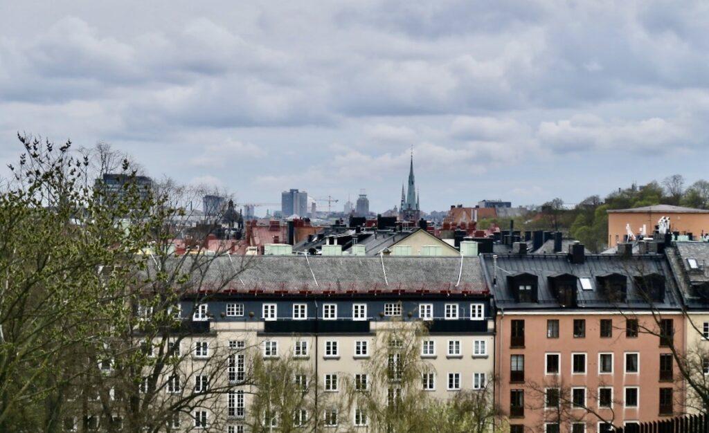 Stockholm. Vanadislunden . Utsikt söderut. Kyrktornen på Klara kyrka och Riddarholmskyrkan reser sig över nejden.