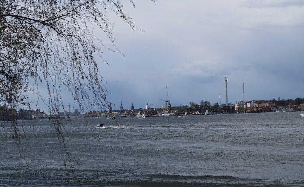 Stockholm. Finnboda och längs vattnet på väg mot stan. Vädret känns verkligen osäkert. Ska det bli störtregn?