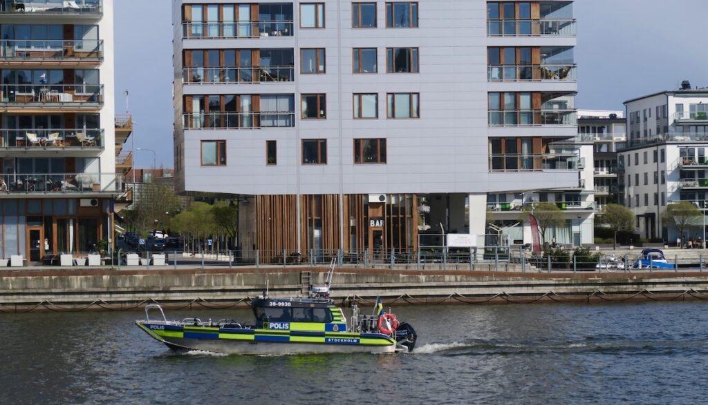 Stockholm. Hammarbykanalen. Polisbåtarna i blått och gult syns tydligt.