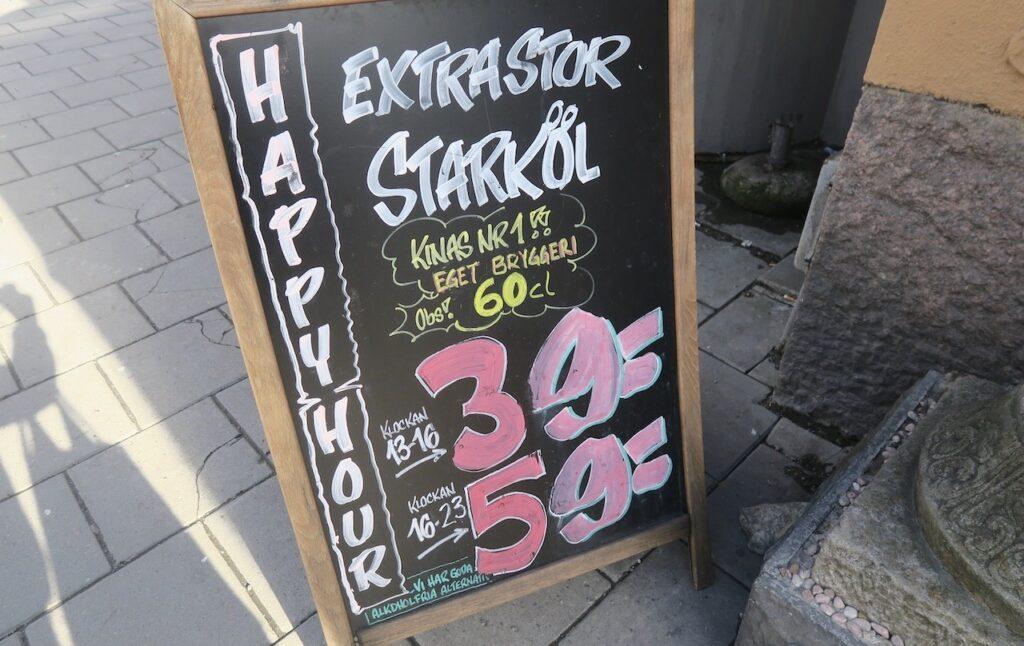 Stockholm. Södermalm. Svårt att missa denna skylt med bra ölpriser.
