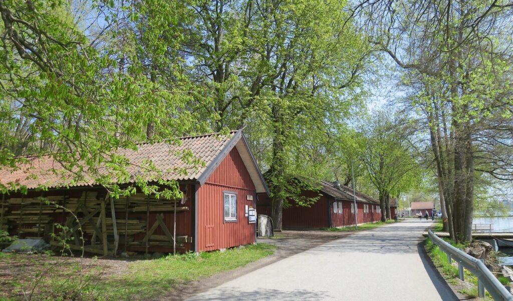 Solna. Huvudsta strand följer Bällstavikens vatten en bra bit mot Stockholm och övergår i Karlbergs strand.