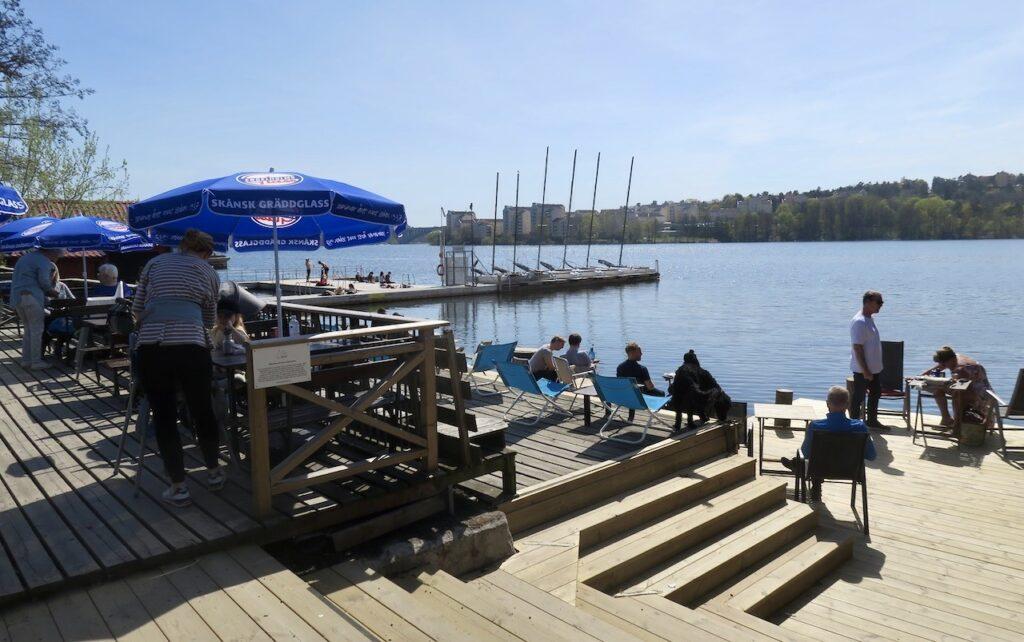 Solna. Huvudsta strand. Café Båthuset vid Ulvsunda sjön som är en del av mÄlaren som går in här.