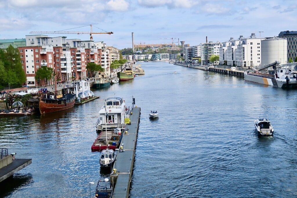 Stockholm. Södermalm. Skansbron. På väg till Sjöstaden Skybar på andra sidan kanalen.