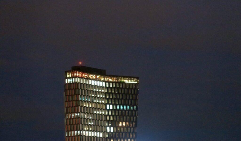 Stockholm. Sjöstaden Skybar högst upp med de färgade lamporna.
