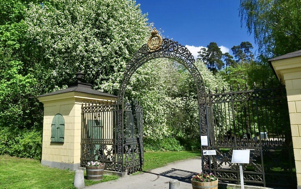 Hagaparken i Solna. Grindarna vid den norra entrén vid Haga Norra.
