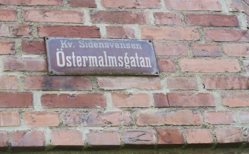 Stockholm. Lärkstan. Östermalm- På en äldre byggnad spg vi denna passande skylt.
