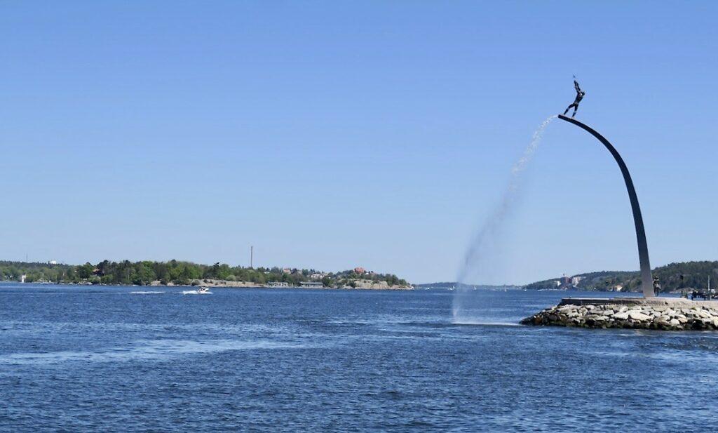 Nacka strand. En strålande söndag och med god sikt mot Stockholms inlopp. Här välkomnar också Carl Milles staty- Gud Fader på Himmelsbågen