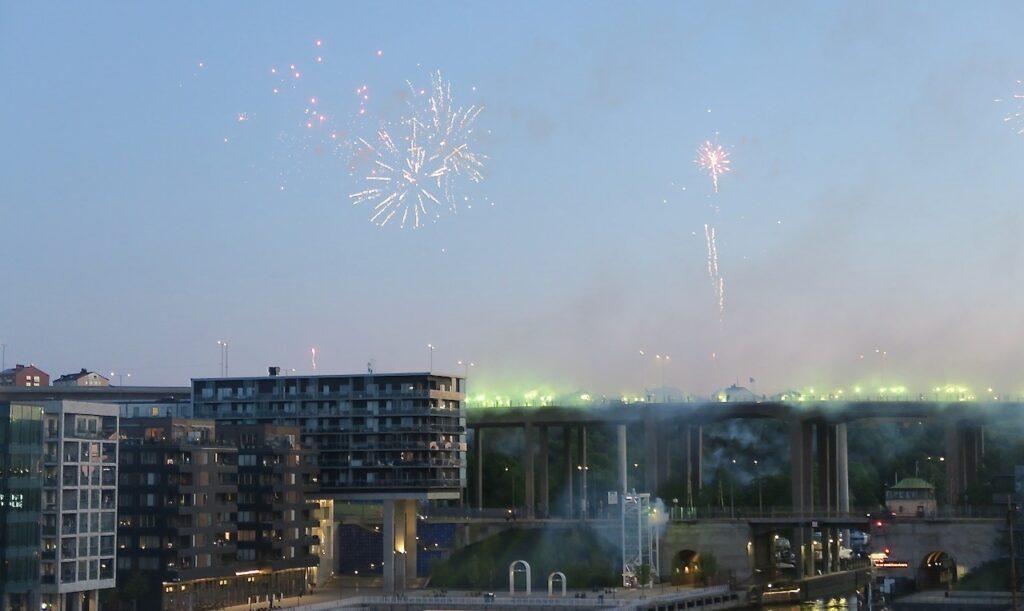 Stockholm. Södermalm. Skanstullsbron. Hälsa - skicka en hälsning genom ett fyrverkeri gör Hammarbys supportrar efter vinsten för Hammarby i Svenska Cupen.