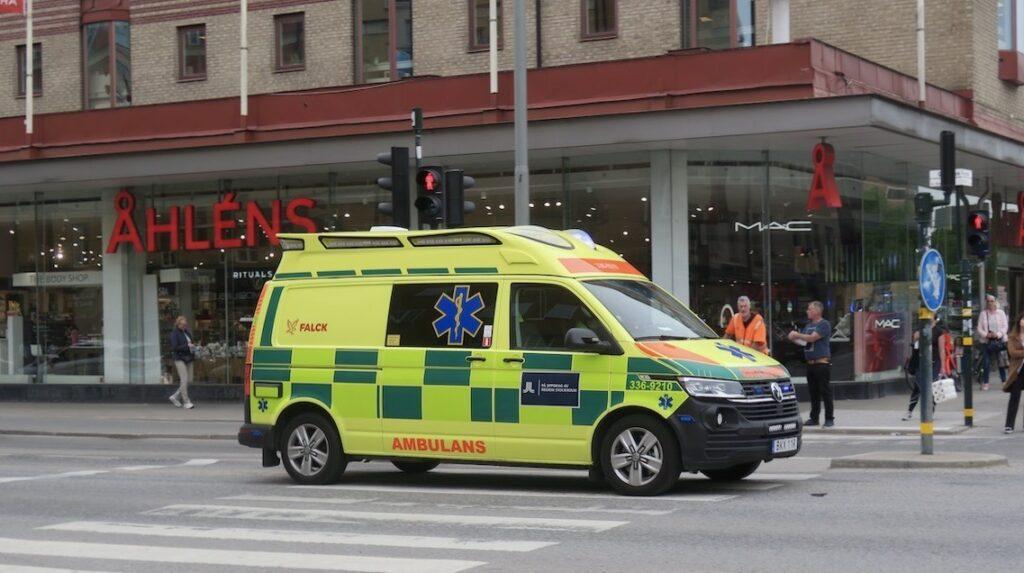 Stockholm. Södermalm. En ambulans körde med blåljus så säkert var det någons hälsa som inte var bra.