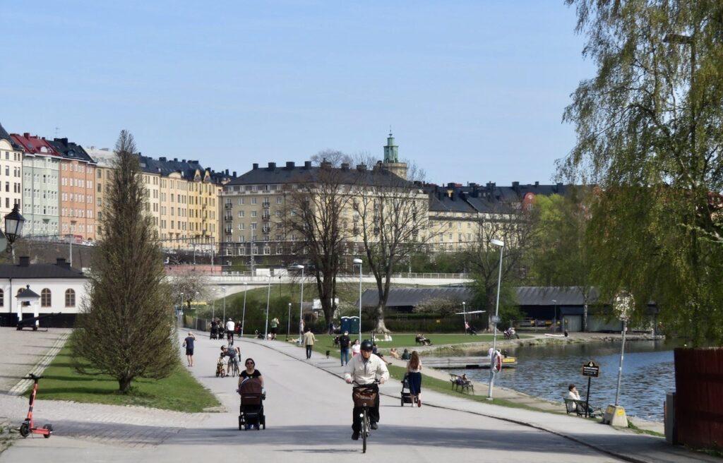 Stockholm. Vasastan. Det som finns kvar av det gamla industriområdet Rörstrand är den gröna kullen rakt fram där kasserat porslinfinns nergrävt.