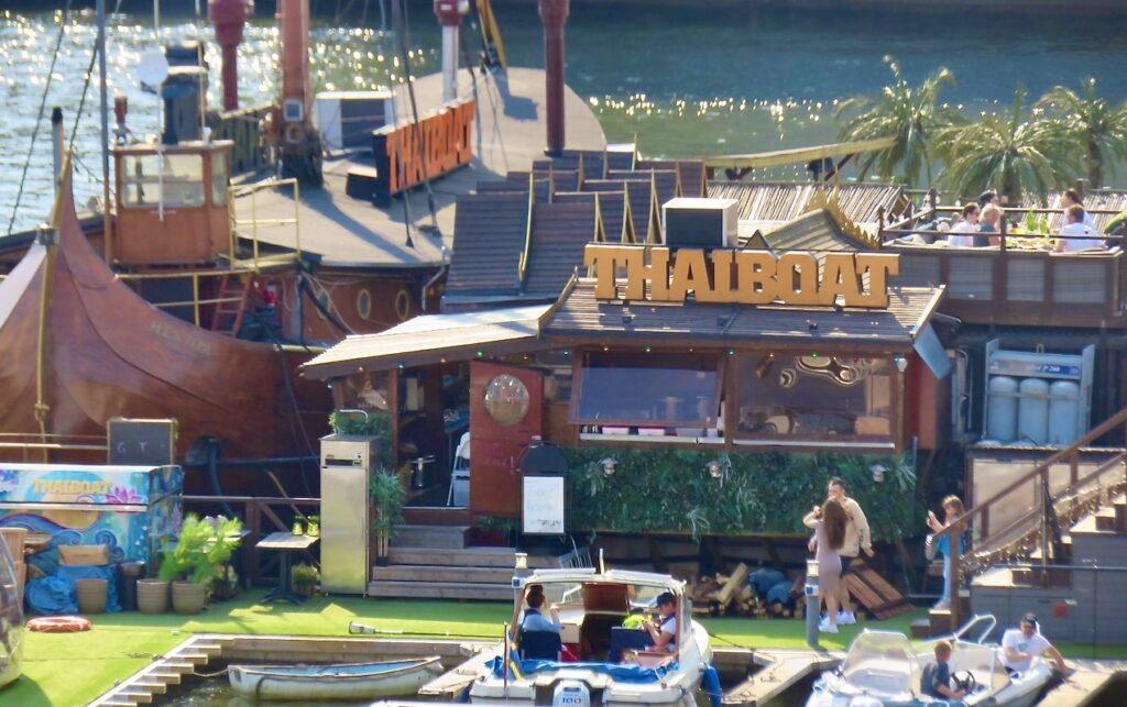 Stockholm. Södermalm. Till restaurang Thaiboat är det alltid många som är på väg.