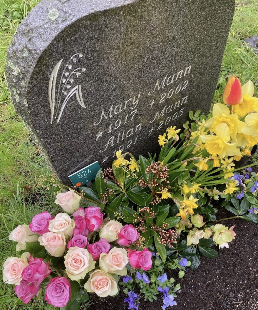 Solna kyrkogård. Allan Mann skule fyllt 100 år. Många tankar kom och gick . Och går det går och pågår gör livet också