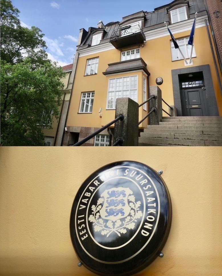 Stockholm. Östermalm. Lärkstan. En skylt på denna byggnad på Tyrgatan visar att gär finns estniska ambasssaden