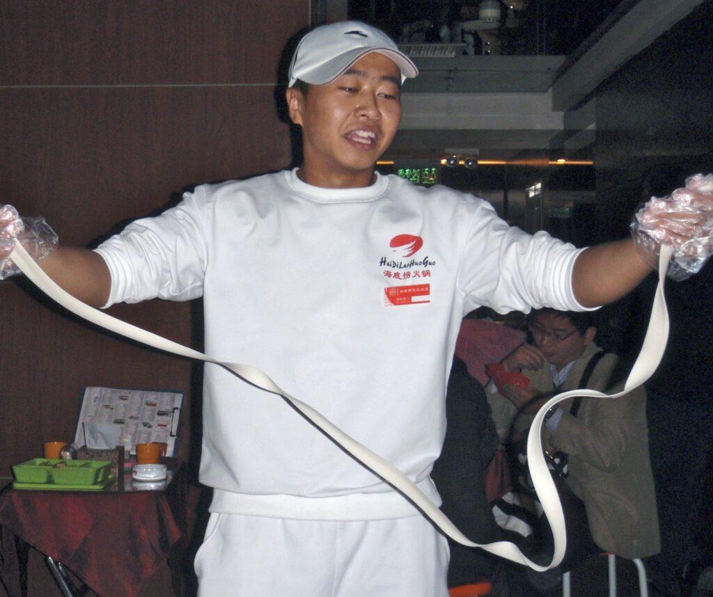 Kina . Peking. Denne man kunde konsten att laga nudlar.
