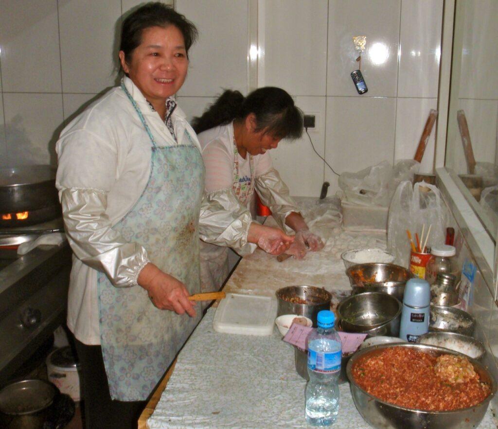 """KIna. Prking. Hos dessa damer på ders lilla """"Hålet i väggen"""" restaurant fick jag testa att laga jiaozi"""