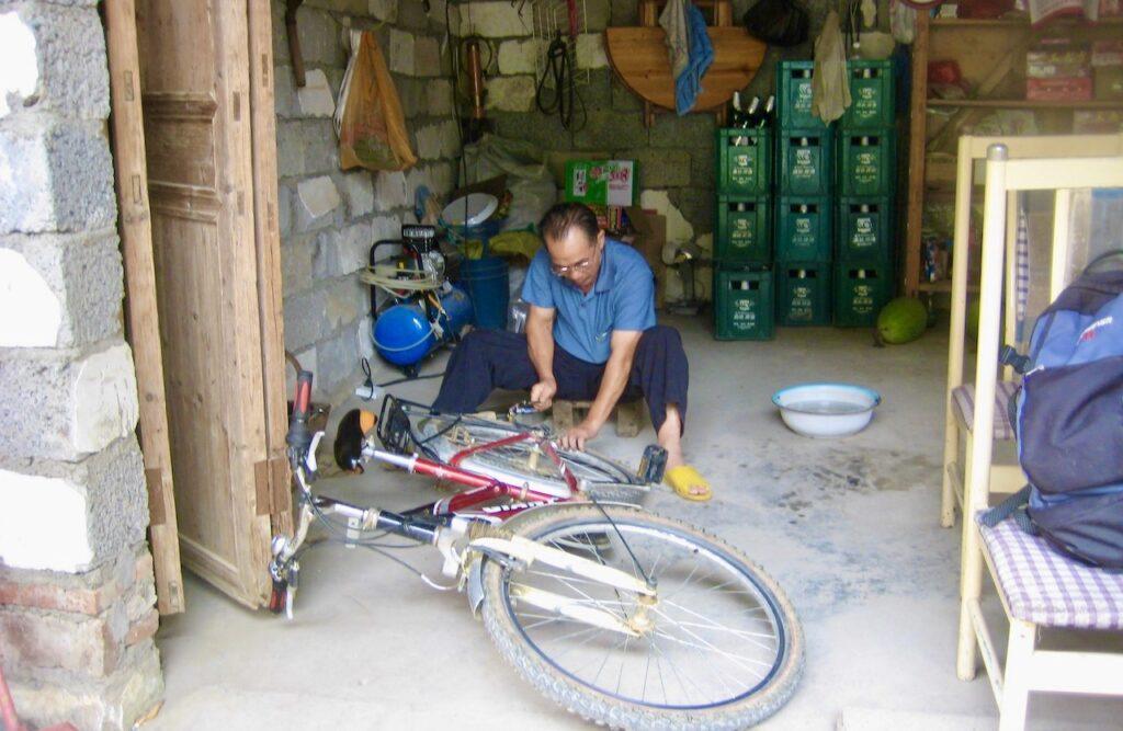 Kina. Peking. Enkelt och smidigt att laga en trasig punktering.