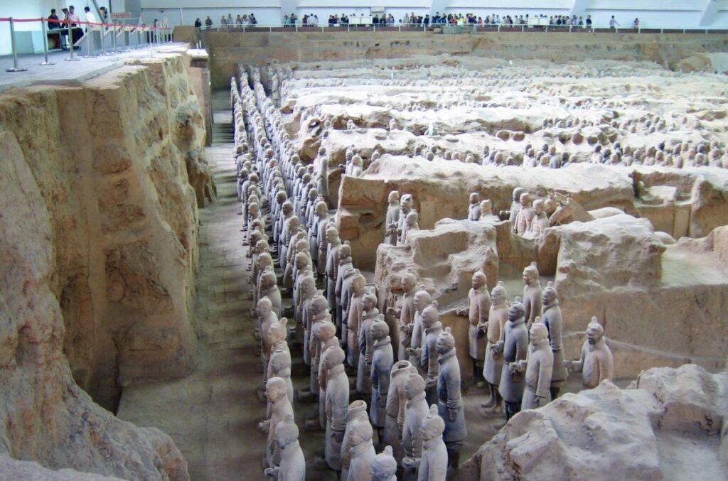 Kina. Xian. Delar av Terrakottaarmen som posterar vid kejsare Qins mausoleum