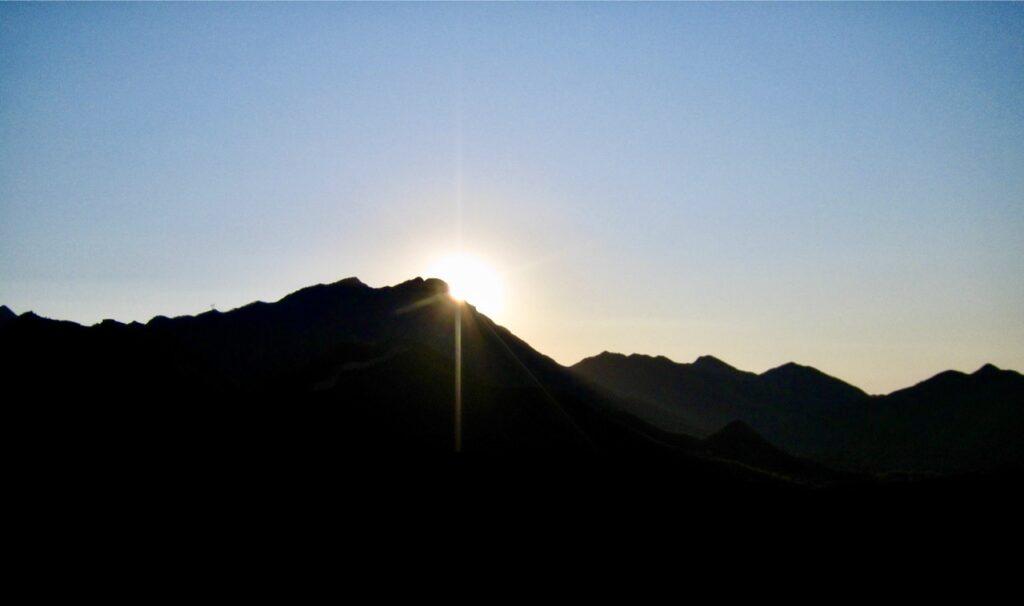KinaKIna. Vi är uppe tidigt för att se solen dyka upp i öster över kinesiska muren