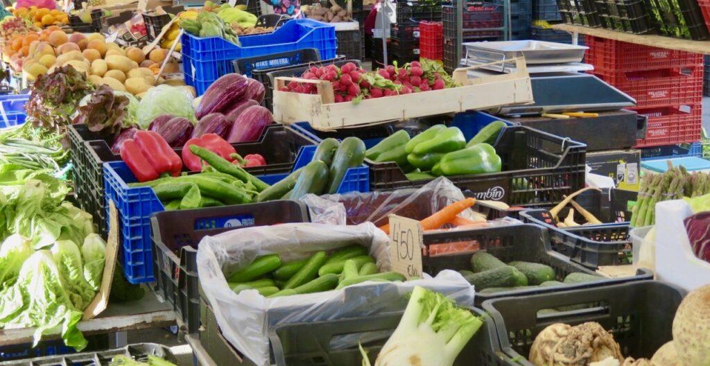 Spanien. Fredagsmarknad i Torrevieja. Här finns mycket av det mesta.