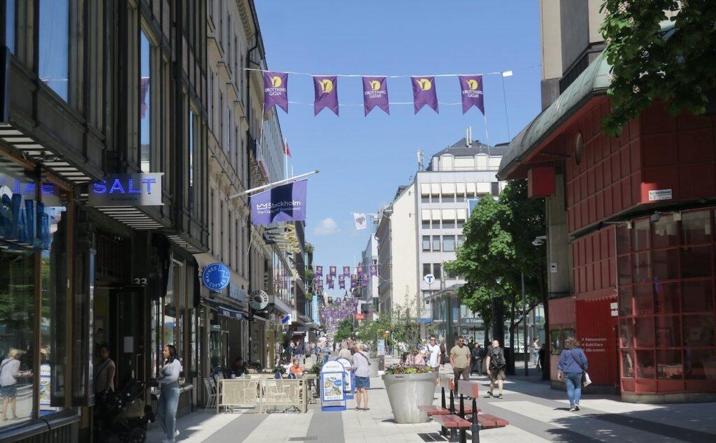 Stockholm igår. Drottninggatans besökare var ganska få och det var gott om plats. Turisterna, varken de svenska eller utländska har börjat komma.