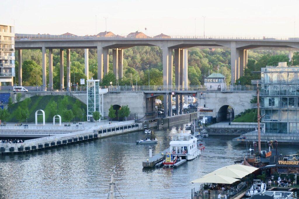 Stockholm. Södermalm. Hammarbyslussen. Skanstullsbron. Kvällens utsikt strax efter åtta och solen hänger med ett tag till