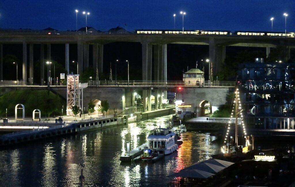 Stockholm. Södermalm. Norra Hammarbykajen. Hammarbyslussen. Kvällens utsikt efter minatt