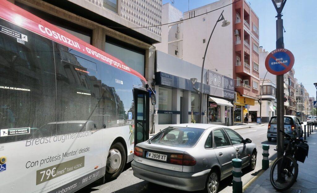 Torrevieja. Visst nöje hade vi när vi väntade i kön. Bussen kom inte förbi- Vad skulle hända nu?