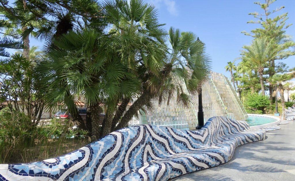 Torrevieja och vattenfallen med de vackra mosaikbänkarna. Ett sant nöje att slå sig ner här en stund-