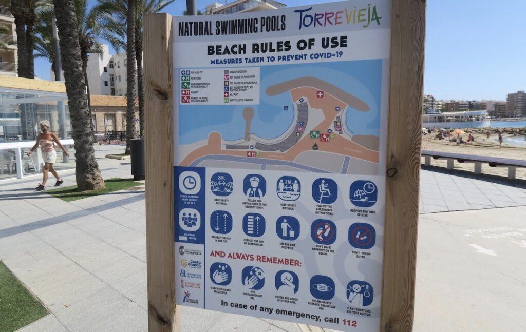 Längs strandpromenaderna i Torrevieja finns tydliga strandregler uppsatta för att minska Covid 19 smittan-