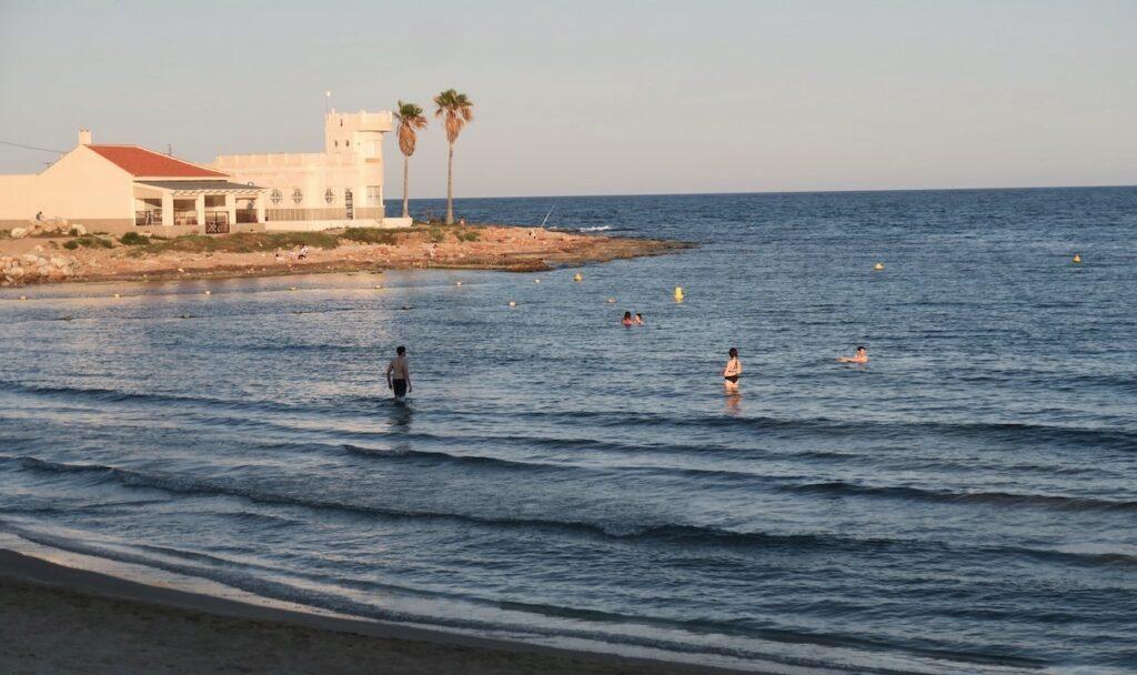 Torrevieja. Spanien. kvällspromenad i skön kvällssol längs stranden Los Locos.