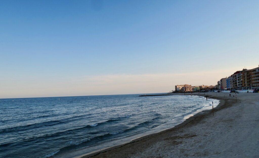 Torrevieja. Spanien. vI fortsätter vår kvällspromenad längs stranden Los Locos och viker sedan av hemåt.