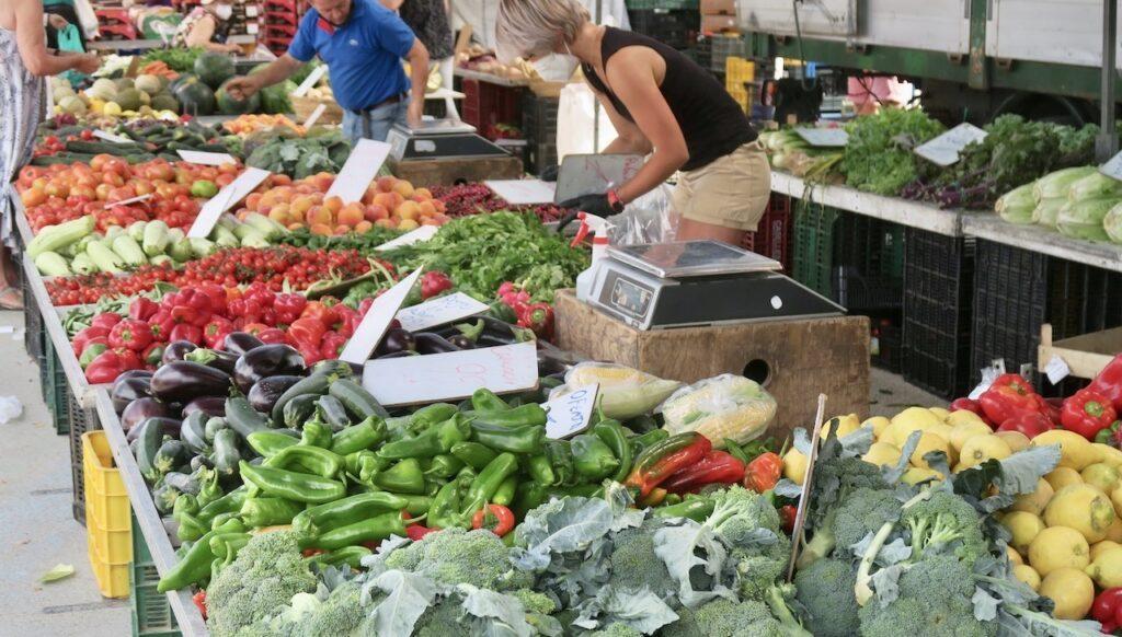 Fredagsmarknad i Torrevieja. En fröjd för ögat att se alla grönsaksdiskar.