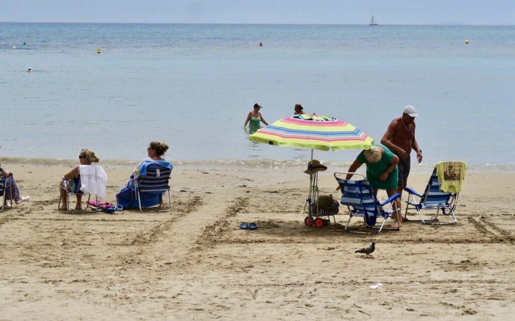 Torrevieja. Playa del Cura. Kanske gjorde en del moln att färre var på stranden.