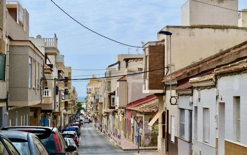 Totrrevieja. Calle Azorin- Med blått i sällskap, både himmel och hav, tar jag mig nerför backen till havet.
