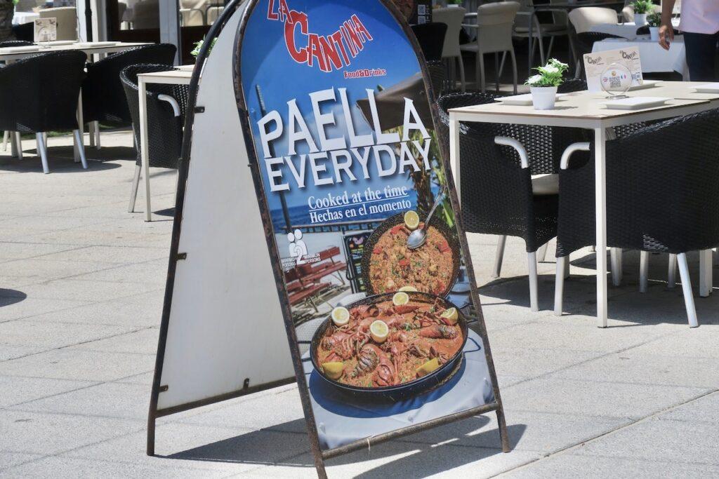 Spanien. Torrevieja. Kanske något ätbart? Många restauranger skyltar med olika förslag