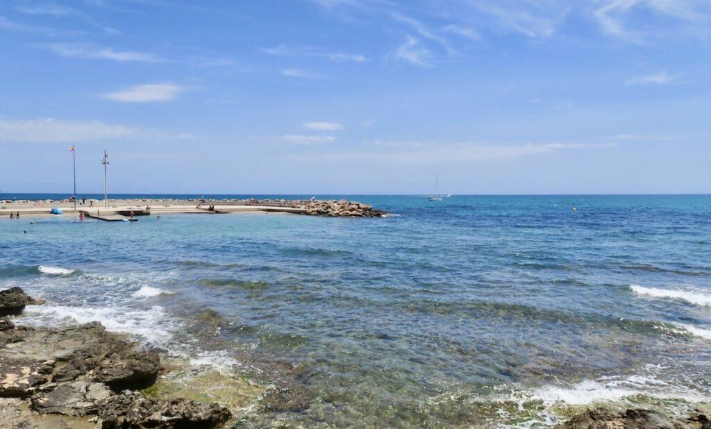 Med blått;Medelhavet och en blå himmel som sällskap rör vi oss vidare längs stränderna