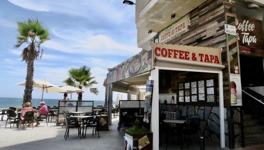 Spanien.Torrevieja. Coffee&Tapa. En favoritbar. Här ingår något ätbart när man beställer en dryck till det facila priset av ca. 1,50 euro