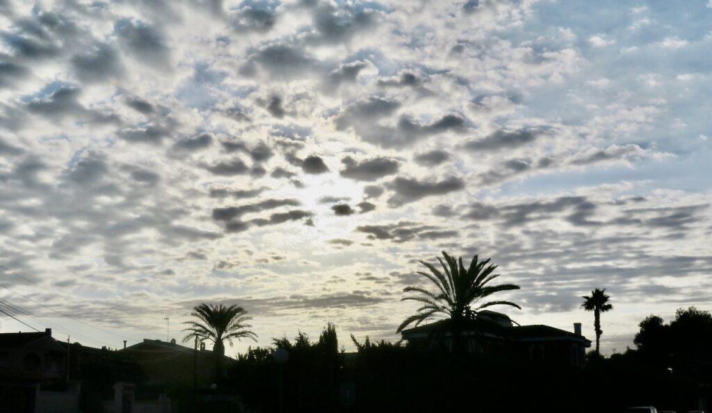 Torrevieja. En stilla morgonoch solen döljer sig fortfarande bakom molnen-