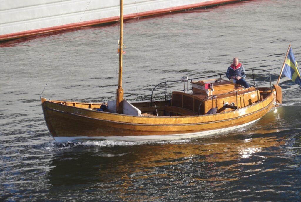 Stockholm. Södermalm. Hammarbykanalen. Till kvällens utsikt hör en äldra träbåt som puttarar förbi