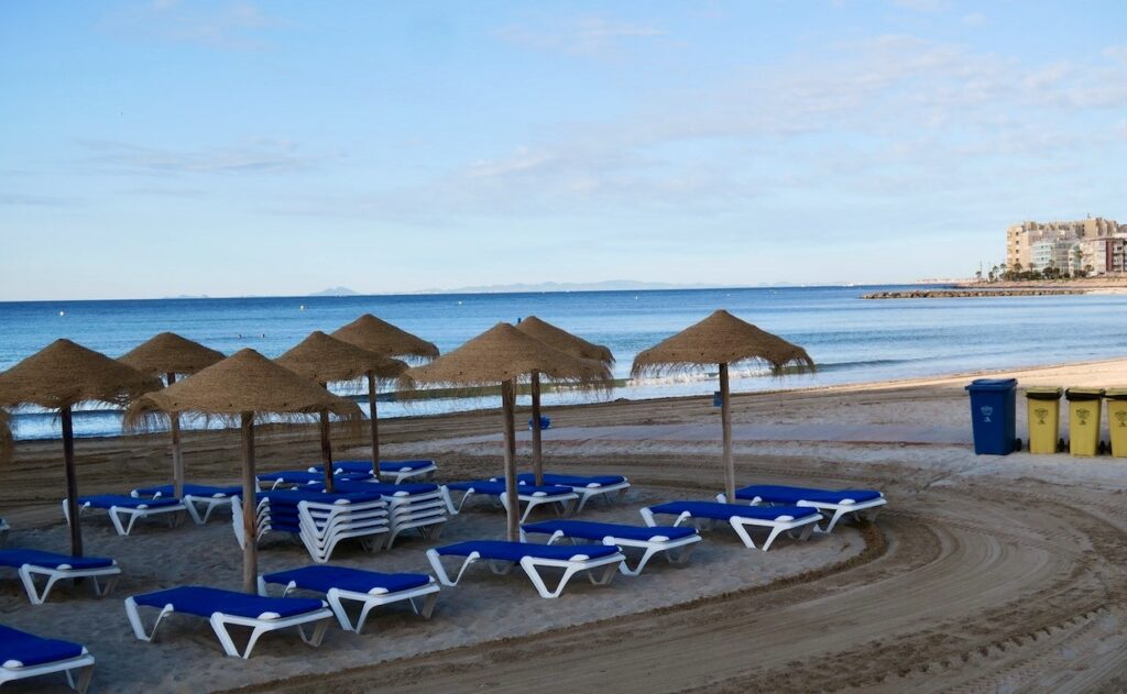 Torrevieja. En stilla morgon på stranden Los Locos.