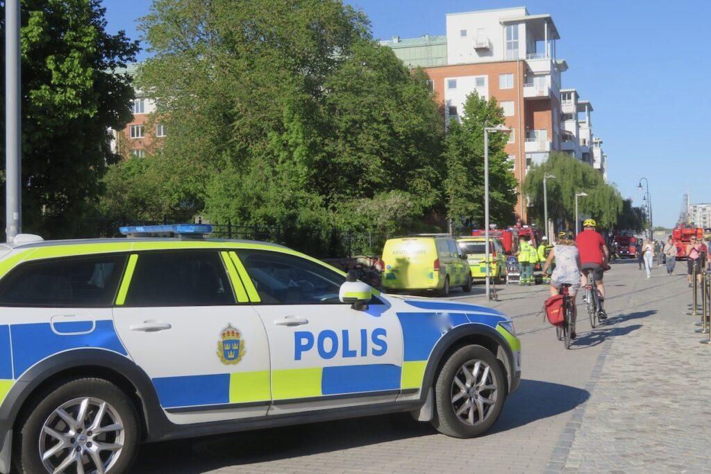 Stockholm. Södermalm. Stort pådrag var det också från polis och ambulans.
