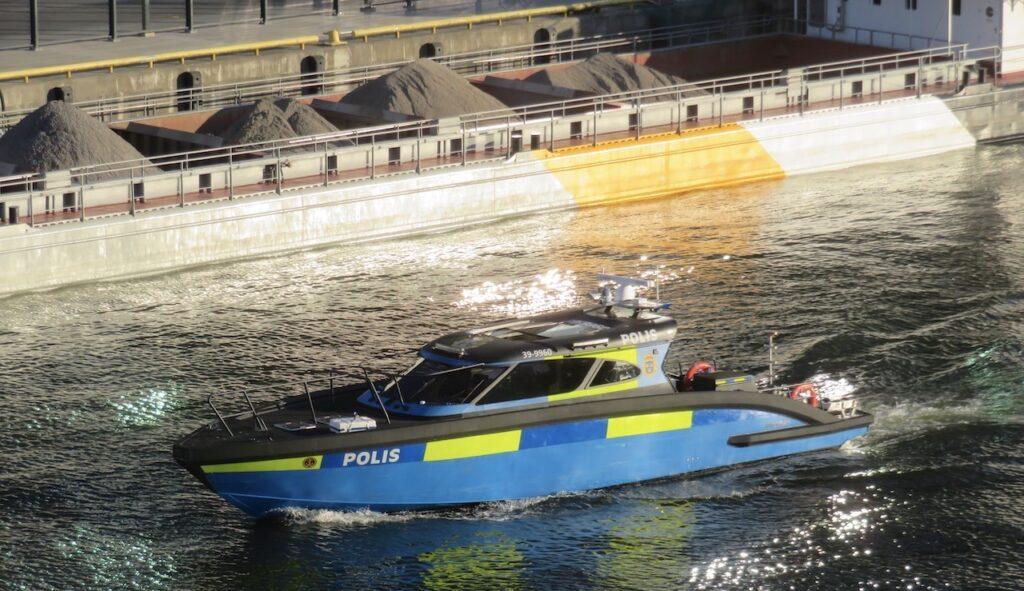 Stockholm. Södermaln. Hammarbykanalen. I kvällens utsikt ingick också att se en av polisens nya båtar