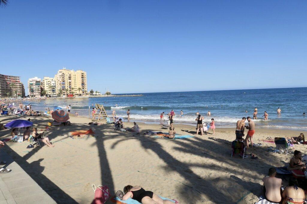 Midsommarafton var det för oss i Torrevieja. Men spanjorerna har firat sin och många var denna fredag kväll kvar på stranden Playa del Cura.