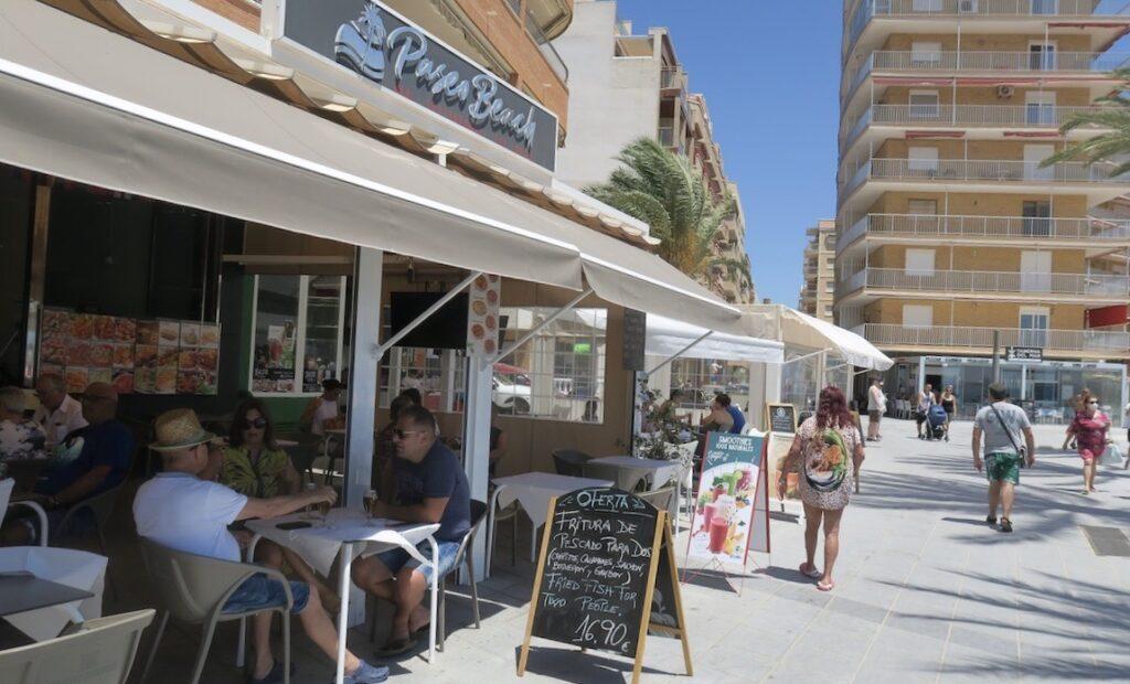 Torrevieja. En skön söndag i skuggan på en av lunchrestauragerna vid PLaya del Cura.