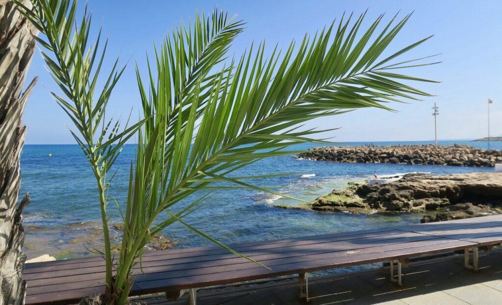Spanien. Strandpromenaden. Torrevieja dag 24. Strålande sol, ett blått hav och +30 grader