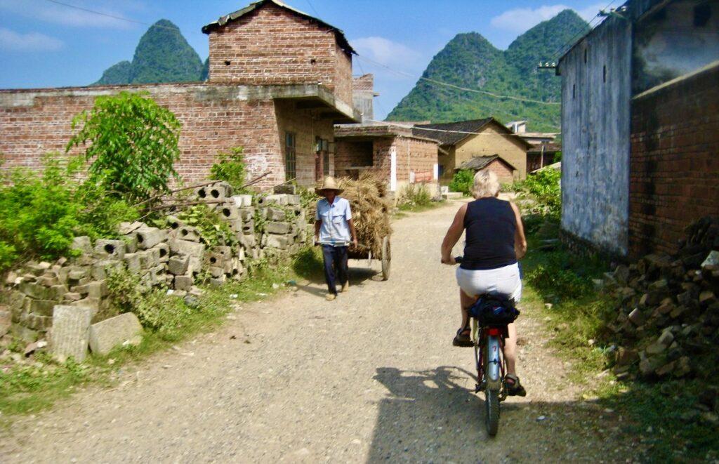 Yoangshou. Södra Kina. Att cykla tycker jag är ett bra sätta att ta mig fram. Mycket att se och uppleva och på nära håll.