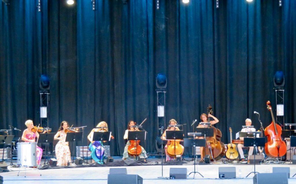 Dalarna. Dalhalla 2018. Konsert med Malena Ernman, Helen Sjöholm och Sarah Dawn Finer. Dessa sträninstrumentmåste darra för att låta.
