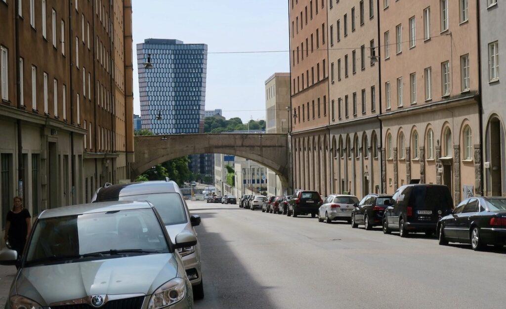 Stockholm. Södermalm. Här är det en utmaning att hitta en ledig plats att parkera sin bil.